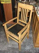 Käetugedega tool.