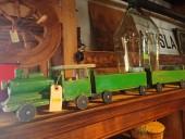 Antiikne puust rong vagunitega